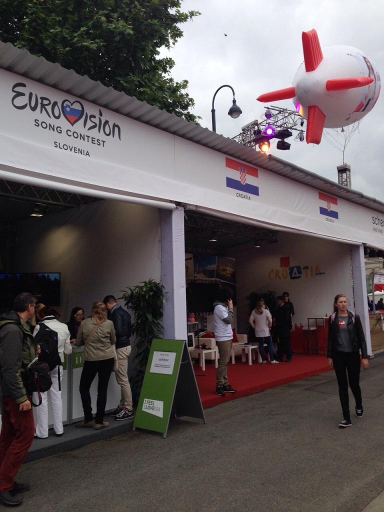 Eurovision köyü ve ülkelerin çadırları.