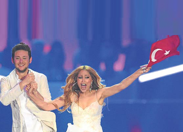 Eldar ve Nigar zaferlerinin ardından Türk bayrağı ile sahnede